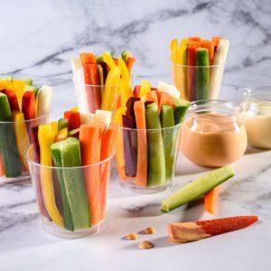 כוסות אישיות של ירקות חתוכים